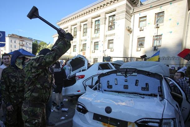 Беспорядки под посольством россии в киеве - громят машины