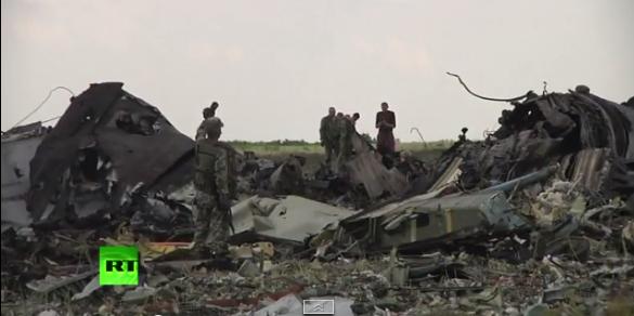 Видео с места падения сбитого в Луганске самолета ИЛ-76