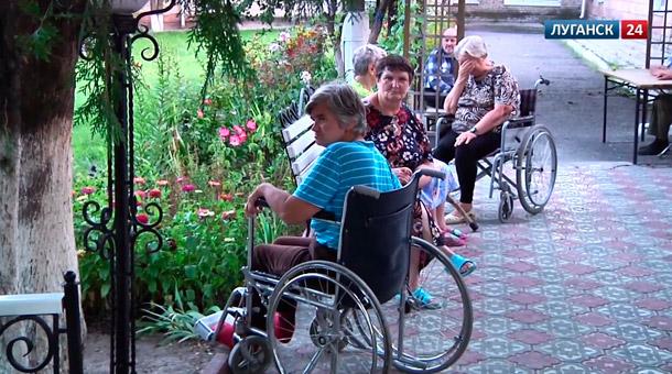 Последствия обстрела Луганского дома престарелых