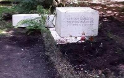 Сломанная могила Бандеры