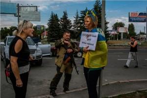 Женщина у позорного столба в Донецке
