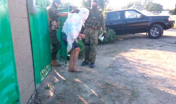 Каратели из батальона «Днепр» избивают подозреваемого