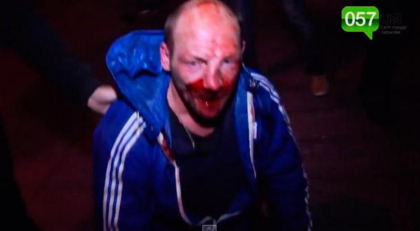 Харьковские фашисты, зверски забивают ногами человека