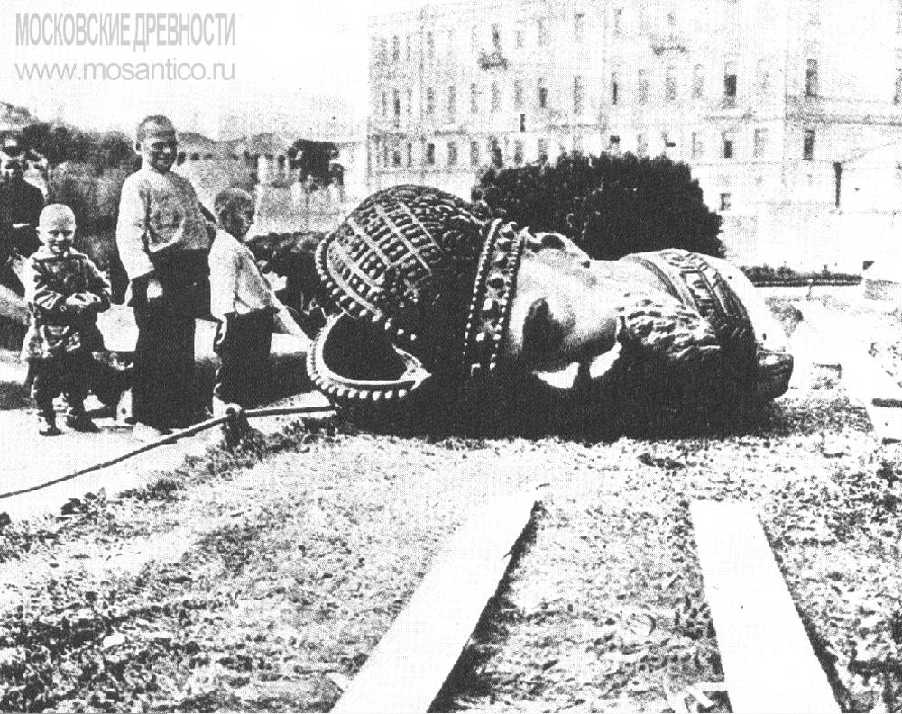 Snos-pamyatnika-Aleksandru-III-v-Moskve