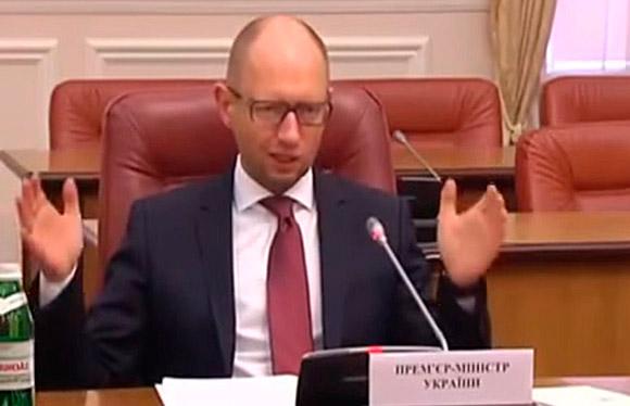 Яценюк репетирует речь думая что его никто не видит