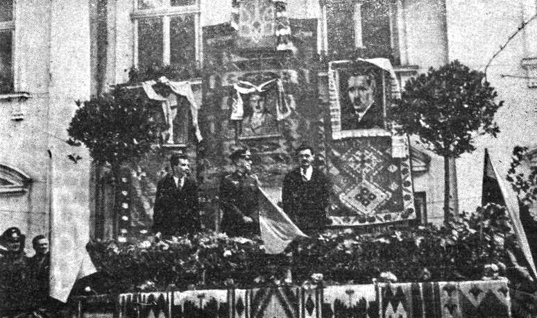 Провозглашение Акта независимости Украины в июле 1941 года в Тернополе  (слева портрет Бандеры, в центре Гитлера, справа - Коновальца)