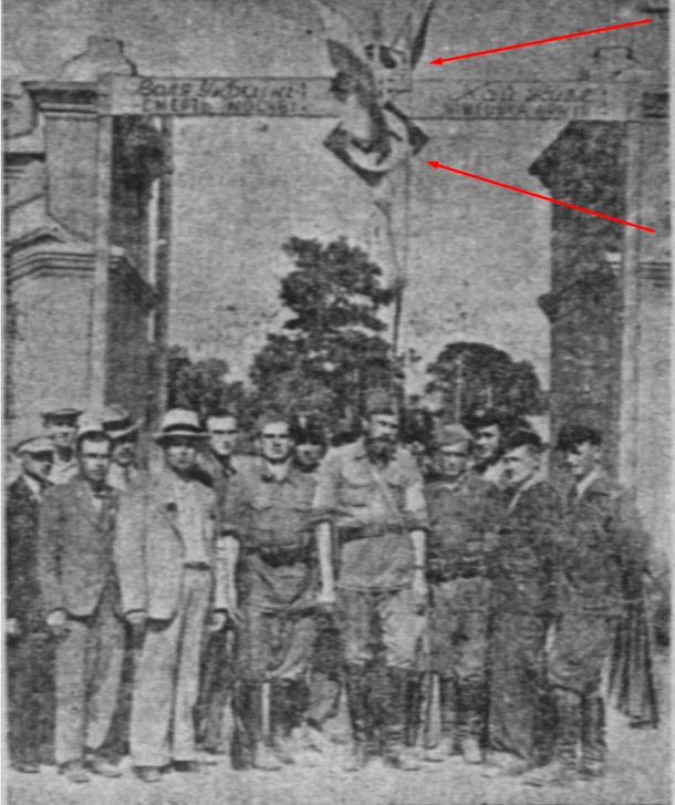 """Тарас Бульба-Боровец , один из """"героев повстанческого движения со товарищи, под фашистским крестом"""