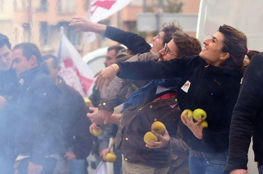 Забрасывание яблоками ОМОНа, Марсель, Франция
