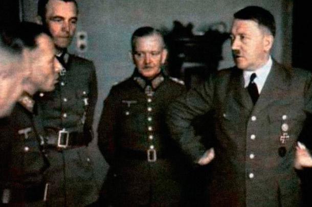 Фото, слева направо: генералы Адольф Хойзингер, Фридрих Паулюс, Георг фон Зоденстерн и Адольф Гитлер.Снимок из фронтовой газеты Kolnische Illustrierte Zeitung, 12 августа 1942 г.