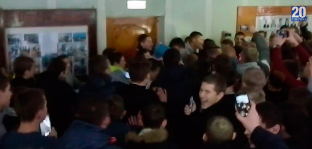 В Тернополе учащиеся ПТУ выкинули в мусорный бак директора