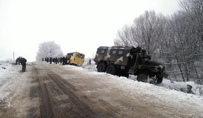 Украинский военный грузовик врезался в школьный автобус,