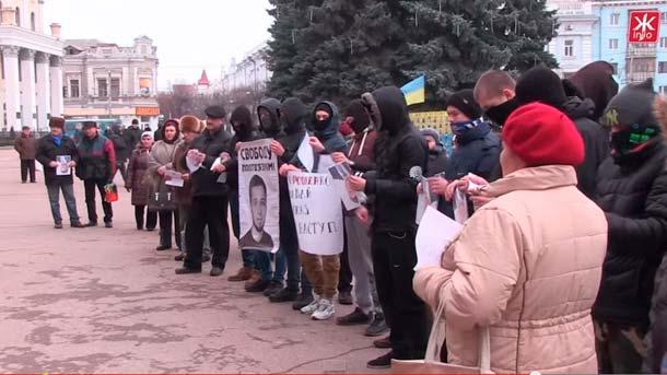 «Активисты» и нацисты из «Азова» рвут портреты Порошенко