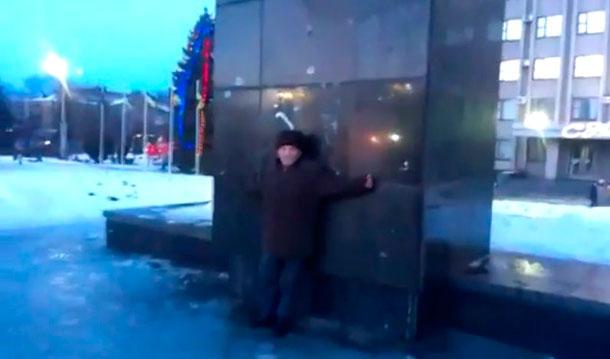 Дедушка в Славянске вышел на защиту памятника Ленину