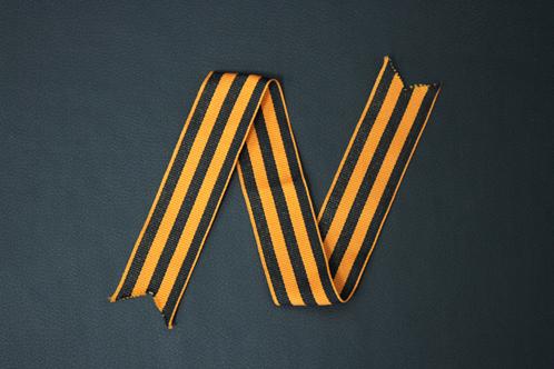 5. Складываем ленту втрое, чтобы получилась одна полоска, затем верхний конец растягиваем вправо.