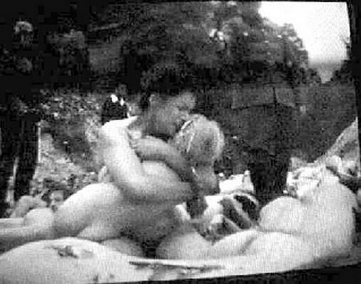 На этом страшном кадре – Киев, сентябрь 1941 года. Бабий яр. Мать за секунду до гибели прижимает к себе ребенка. Человек в форме СС, который убьет ее и ребенка через секунду-другую – не немец. Он украинец, точнее – уроженец Западной Украины, из Житомира. Служил в дивизии «Галичина», а с 1943 года участвовал в работе айнзатц-групп. Откуда такие подробности? Практически от него самого. Эту фотографию изъяли партизаны вместе с документами и армейским жетоном. Изъяли, когда обыскивали его тело.