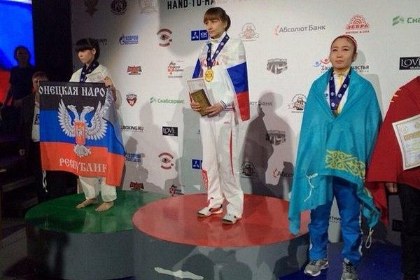 Олеся Овчаренко вышла на награждение с флагом ДНР