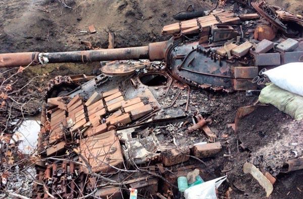 Уничтоженный танк хунты в районе н.п. Золотое.