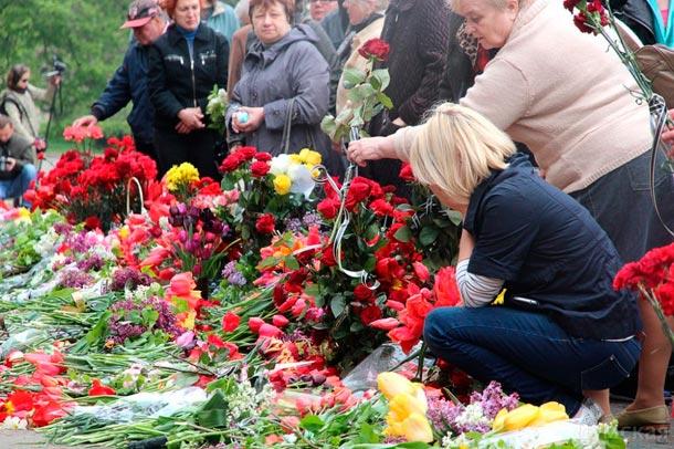 Одесса, 2 мая, Куликово поле завалено цветами, десятки тысяч людей идут беспрерывным потоком....