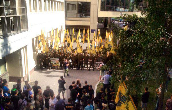 Азов пикетируют здание налоговой в Киеве