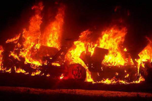 В Ивано-Франковске сожгли машины милиции
