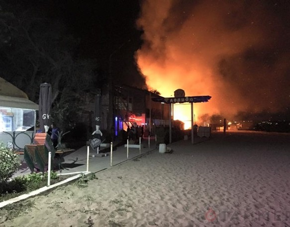 Взрывы и пожар в Одессе – евромайдановцы атаковали ночной клуб «Лимон» и сожгли кафе «Бикини»