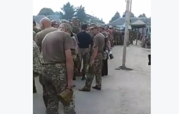 """""""Апогей маразма"""". Очередь за едой в украинской армии"""