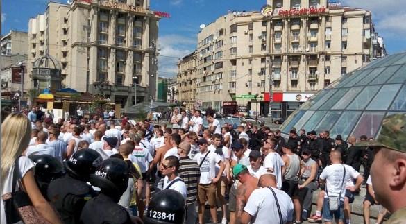 На майдане дерутся украинские и польские фанаты (видео)